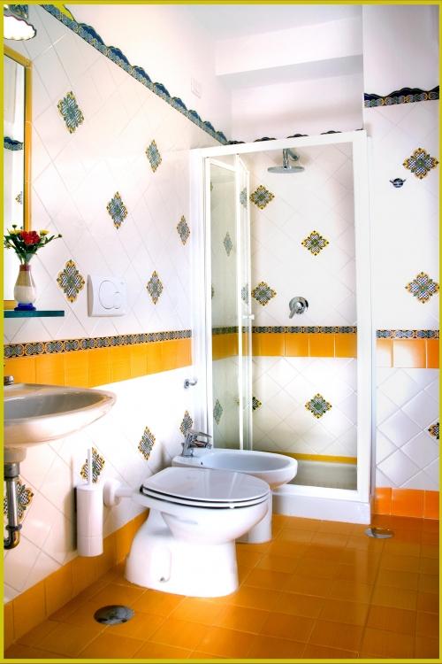 Bagni con piastrelle di vietri decorare la tua casa - Ceramiche di vietri piastrelle ...